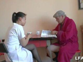 Papy Voyeur se fait sucer par son aide soignante